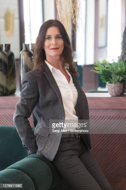 middle-aged businesswoman leaning on a sofa - sergi albir fotografías e imágenes de stock