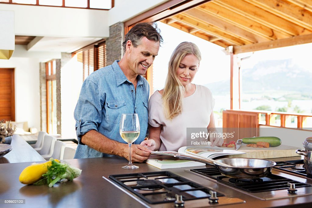 Middle-aged couple cooking together : Foto stock