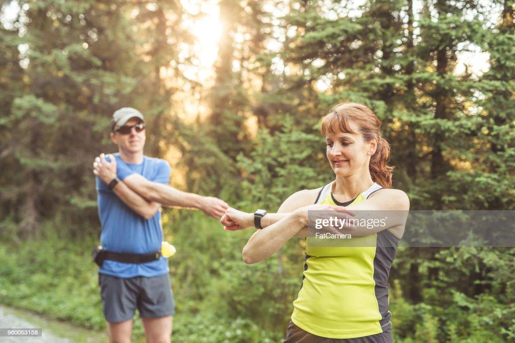 Paar mittleren Alters Trailrunning im Wald : Stock-Foto