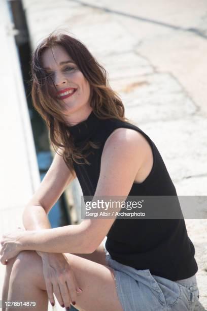 middle-aged woman in a black tank top and short jeans in valencia port - sergi albir fotografías e imágenes de stock