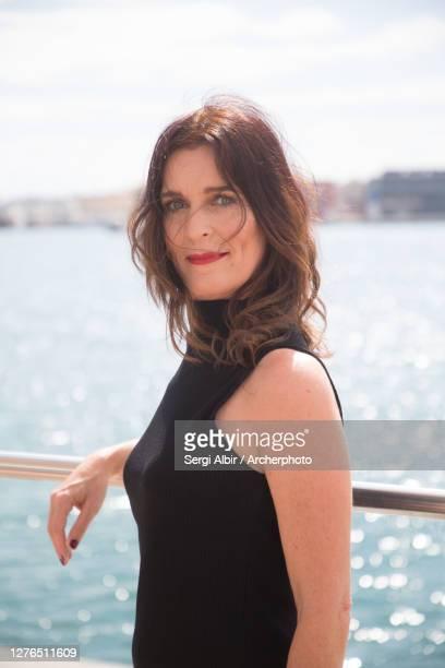 middle-aged woman in a black tank top before the valencia port - sergi albir fotografías e imágenes de stock