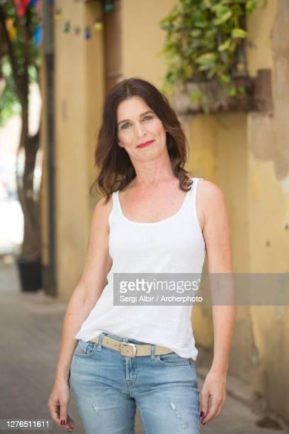 middle-aged woman in a white tank top and jeans in valencia - sergi albir fotografías e imágenes de stock