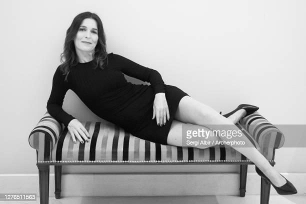 middle-aged woman in black and white on a divan - sergi albir fotografías e imágenes de stock