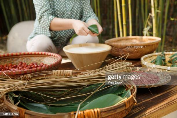 Middle-aged women are making zongzi