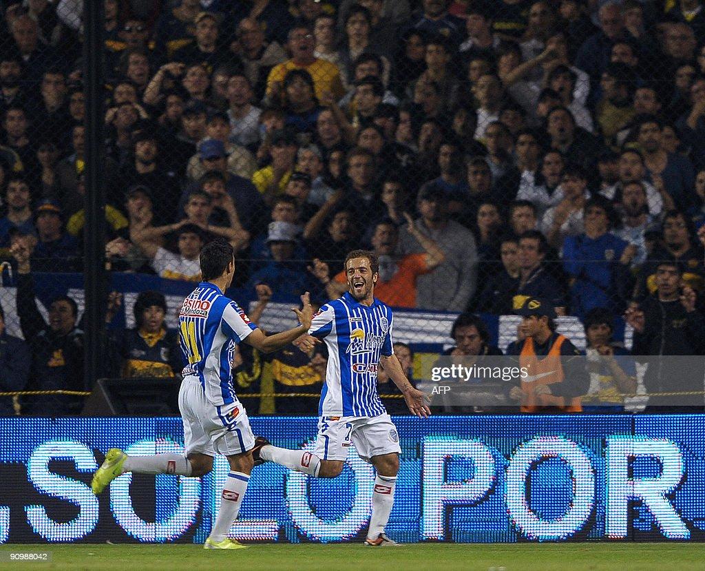 Midfielder Federico Higuain (R) of Godoy : News Photo