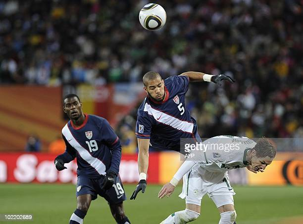 US midfielder Maurice Edu looks at US defender Oguchi Onyewu and Slovenia's striker Milivoje Novakovic as they fight for the ball during the 2010...