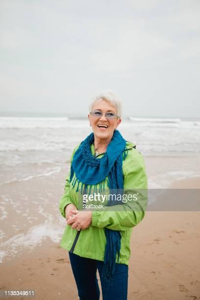 mid-length portrait of a smiling senior woman - cultura británica fotografías e imágenes de stock