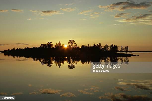 ミッドナイトサン湖で、いなり寿司フィンランド
