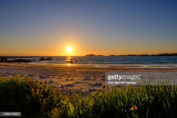 midnight sun on ramberg beach in ramberg lofoten norway - finn bjurvoll stock pictures, royalty-free photos & images