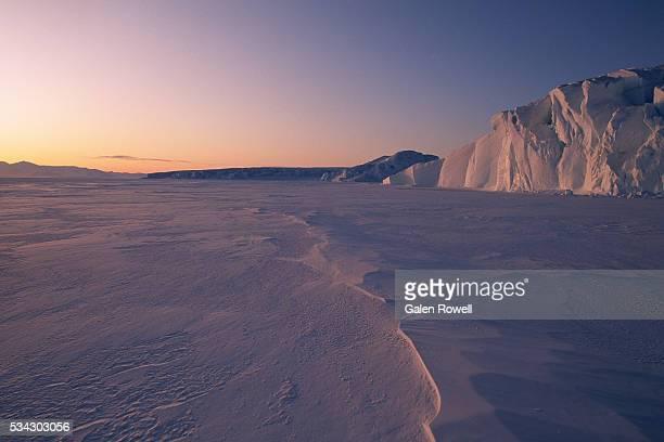 midnight sun over antarctic glacier - pakijs stockfoto's en -beelden