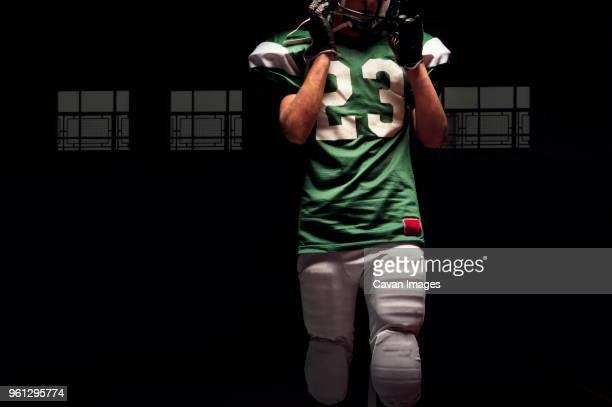 midsection of american football player - caneleira roupa desportiva de proteção imagens e fotografias de stock