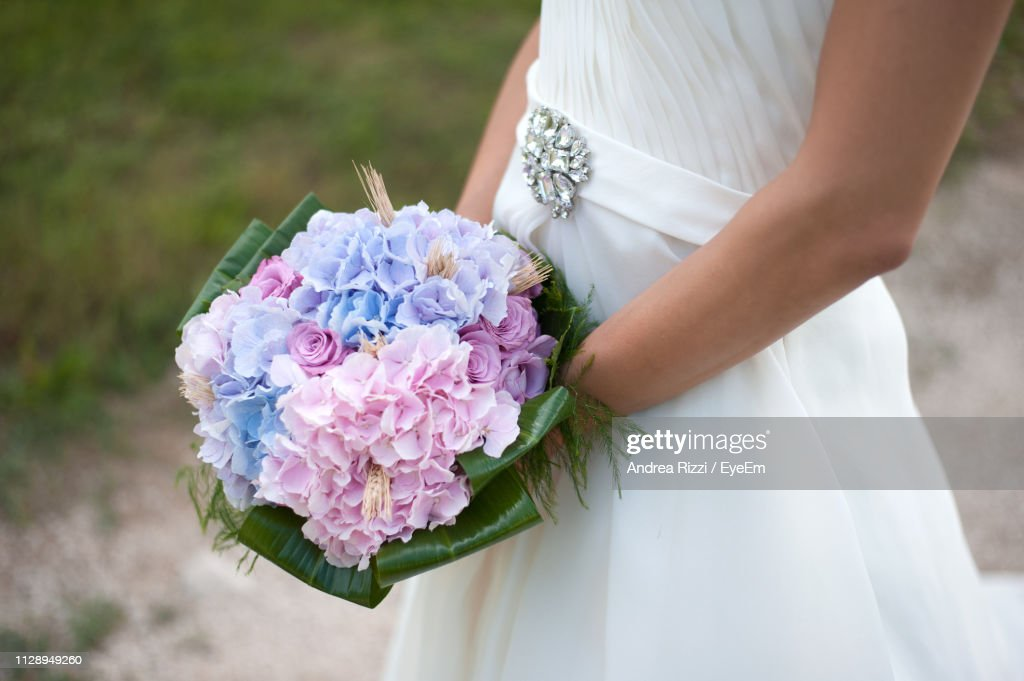 Midsection Of Bride Holding Bouquet Outdoors : Foto stock