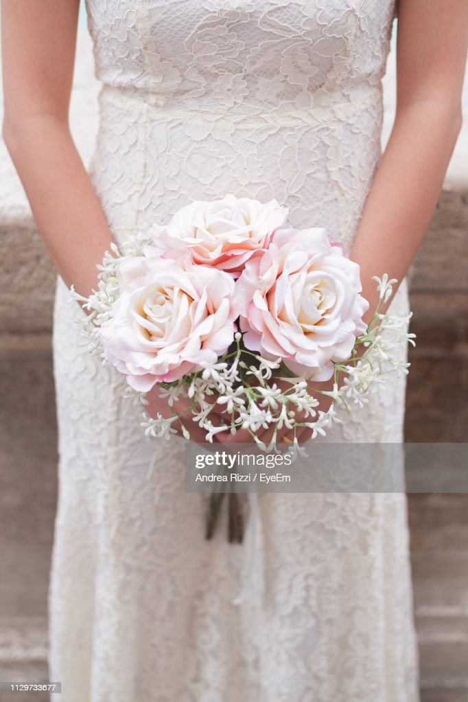 Midsection Of Bride With Bouquet Standing In Wedding Ceremony : Foto de stock