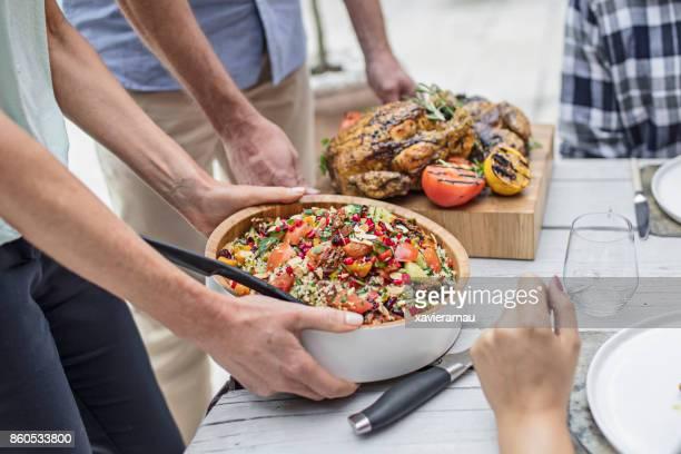 meio de amigos com comida na mesa de jantar - mid section - fotografias e filmes do acervo