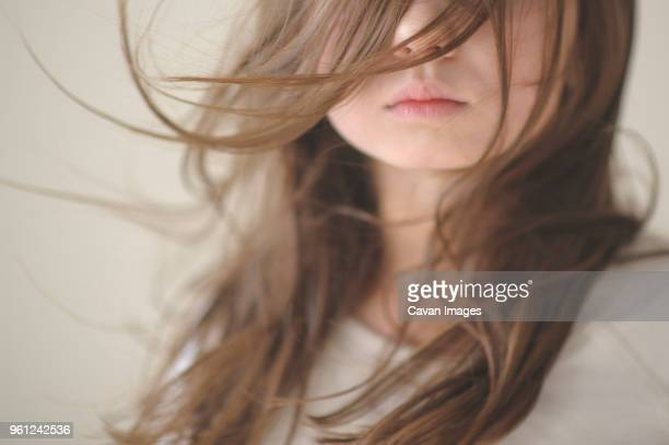midsection of girl with tousled hair at home - innocence stockfoto's en -beelden
