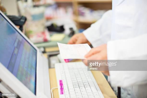 Abdomen du mâle pharmacien détenant la prescription