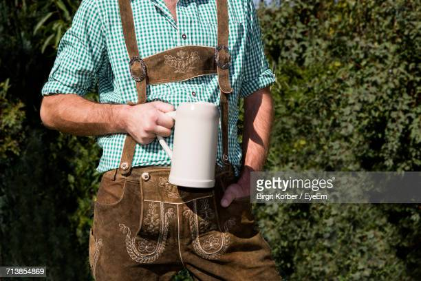 midsection of man wearing lederhosen - knickers photos et images de collection