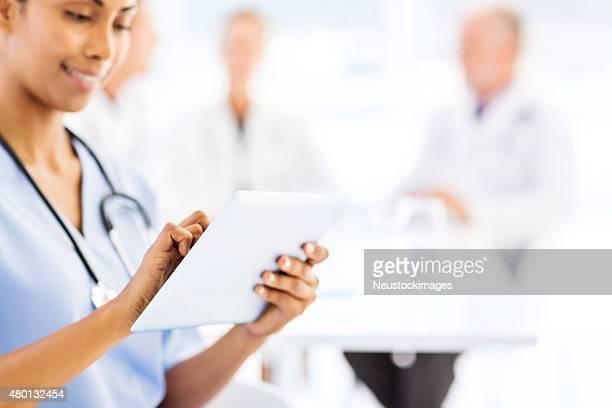 Bauchgegend von Krankenschwester mit Tablet-Computer