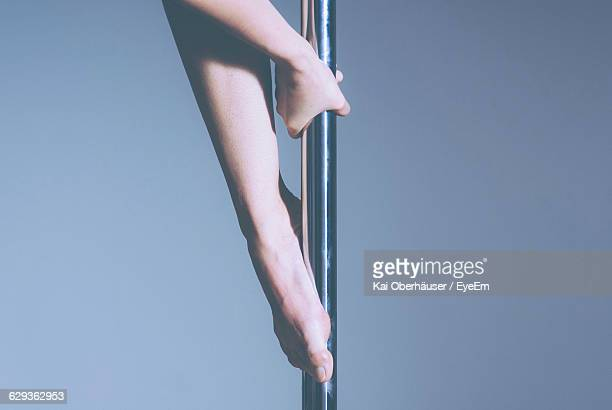 midsection of pole dancer against gray background - pole dance photos et images de collection