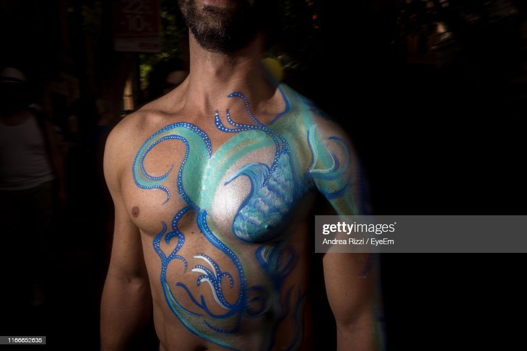 Midsection Of Shirtless Man With Painted Body At Home : Stock-Foto