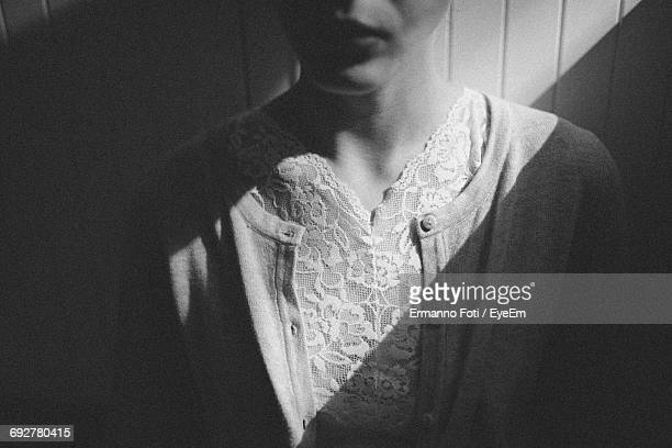 midsection of woman by wall at home - pizzo foto e immagini stock