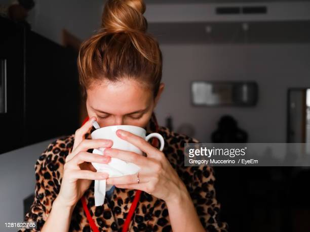 midsection of woman holding coffee - 南ヨーロッパ ストックフォトと画像