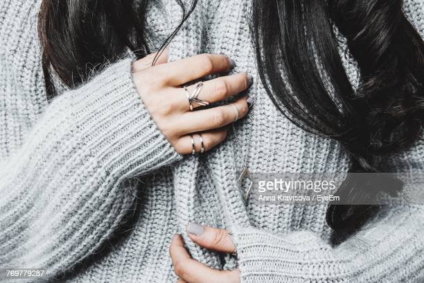 midsection of woman in warm clothing - anello gioiello foto e immagini stock
