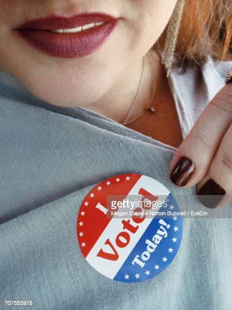 midsection of woman showing i voted today badge on top - i voted sticker - fotografias e filmes do acervo