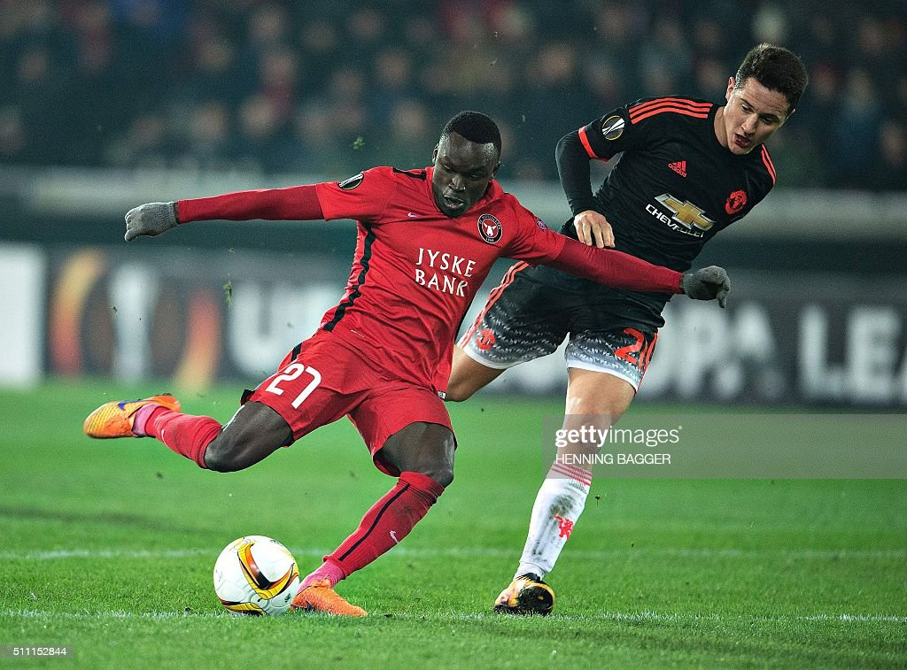 FC Midtjylland's forward Pione Sisto (L) scores the 1-1 goal past Manchester United's Spanish midfielder Ander Herrera during the UEFA Europa League Round of 32 football match between Manchester United and FC Midtjylland in Hernin on February 18, 2016. / AFP / Scanpix Denmark / Henning Bagger / Denmark OUT