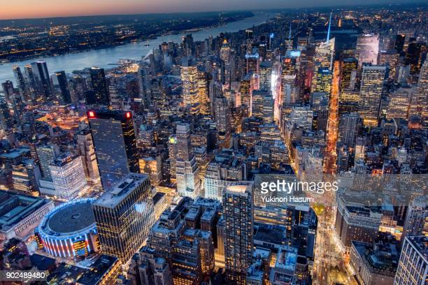 midtown from above at twilight - new york skyline fotografías e imágenes de stock