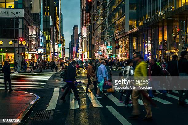 midtown manhattan in the evening - new york weihnachten stock-fotos und bilder