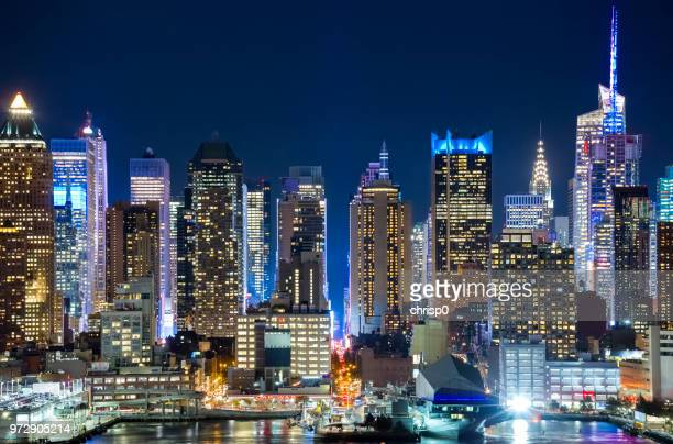 midtown manhattan skyline at night - new york city skyline stock pictures, royalty-free photos & images
