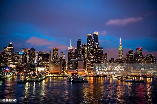 midtown manhattan skyline während der weihnachtszeit-i - new york weihnachten stock-fotos und bilder