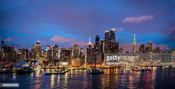 midtown manhattan skyline während der weihnachtszeit (panorama) – ii - new york weihnachten stock-fotos und bilder