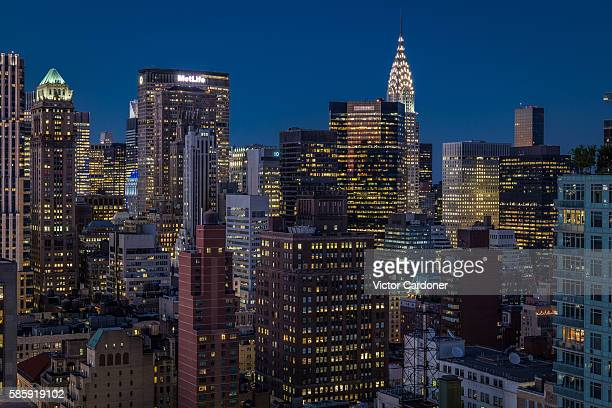 midtown skyline at night - midtown manhattan stock pictures, royalty-free photos & images