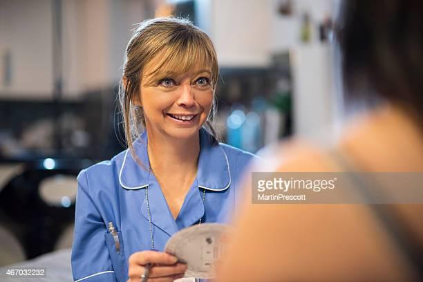 Sage-femme en visite chez les patients de calcul date d'échéance de bébé