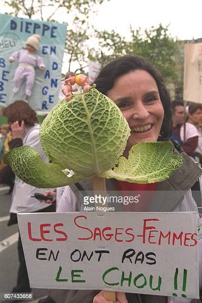 Midwives from various regions in France manifestedin Paris They marched towards the 'Hotel Matignon'