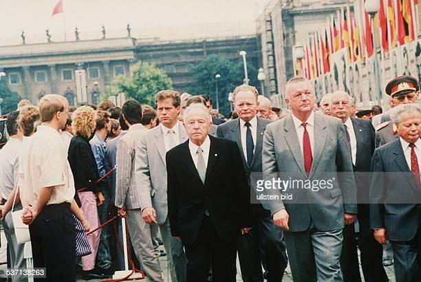 Mielke Erich Politiker DDR Minister fuer Staatssicherheit Armeegeneral Mitglied des Politbueros des ZK der SED auf dem Bebelplatz in BerlinMitte