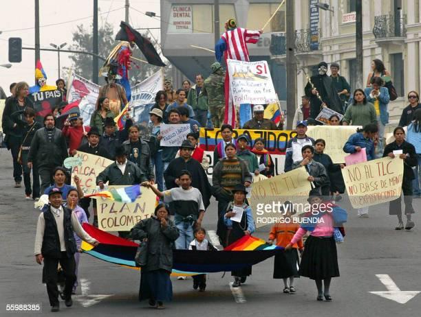 Miembros de organizaciones sociales gritan consignas contra el presidente de Colombia Alvaro Uribe en una marcha por el centro de Quito el 23 de...