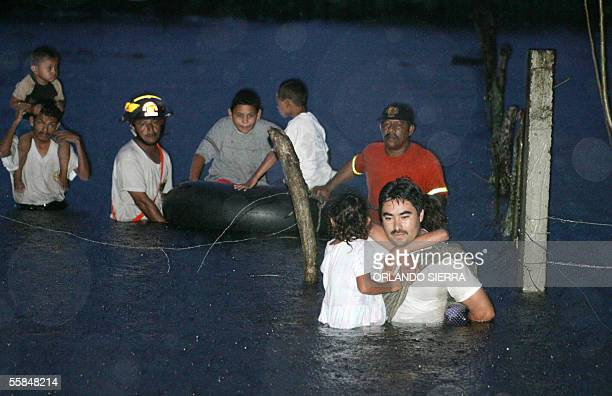 Miembros del Cuerpo de Bomberos Voluntarios rescatan a una familia en el Puerto de San Jose, 100 km al sur de Ciudad de Guatemala, el 03 de octubre...