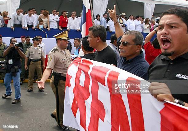 Miembros del Frente Nacional por la Defensa del Seguro Social gritan consignas contra miembros del gabinete del gobierno de Martin Torrijos el 03 de...