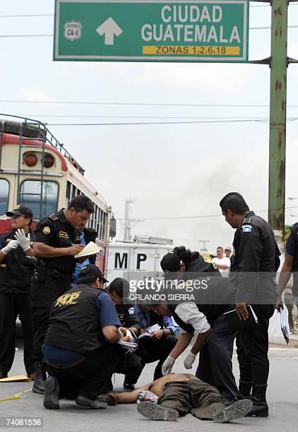 Miembros del Miniserio Publico permanecen en la escena del crimen donde un conductor y el ayudante de una unidad de transporte urbano fueron...