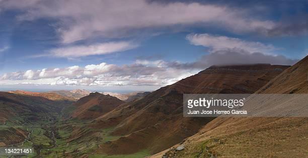 miera valley - cantabria fotografías e imágenes de stock