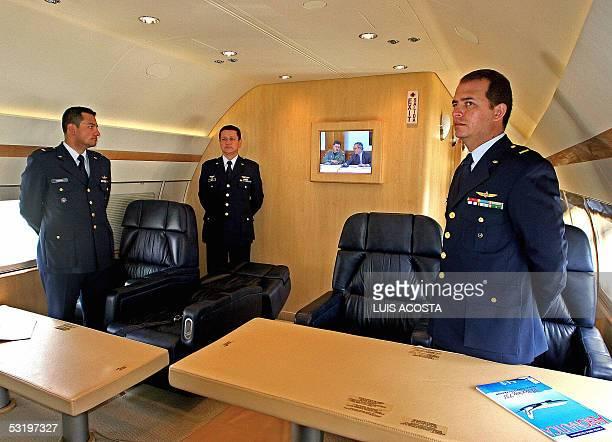 Miermbros de la tripulacion del nuevo avion presidencial forman en la sala de juntas de la aeronave en el aeropuerto militar de CATAM en Bogota el 05...