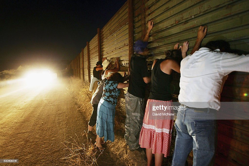 Minutemen Break-Away Group Patrols California-Mexico Border : ニュース写真