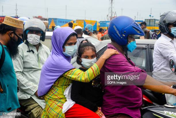 Migrant family wait for the ferry to travel home for Eid ul Fitr celebration amid Coronavirus crisis. Migrants flock at the Shimulia-Kathalbari ferry...