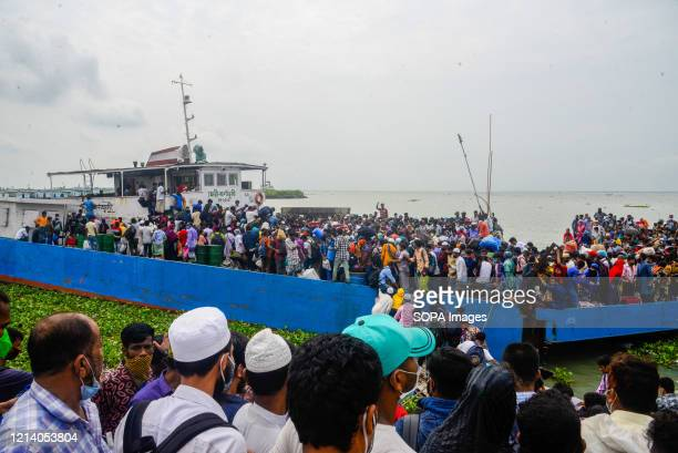 Migrant people on an overcrowded ferry travel home to celebrate Eid al-Fitr amid Coronavirus crisis. Migrants flock at the Shimulia-Kathalbari ferry...