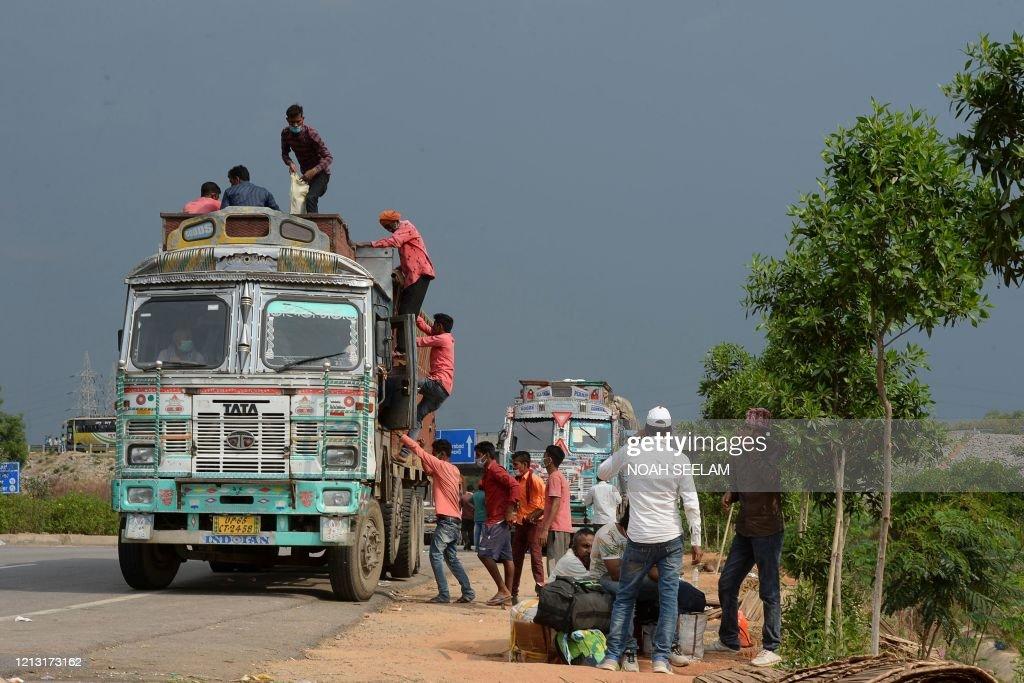 TOPSHOT-INDIA-HEALTH-VIRUS : News Photo