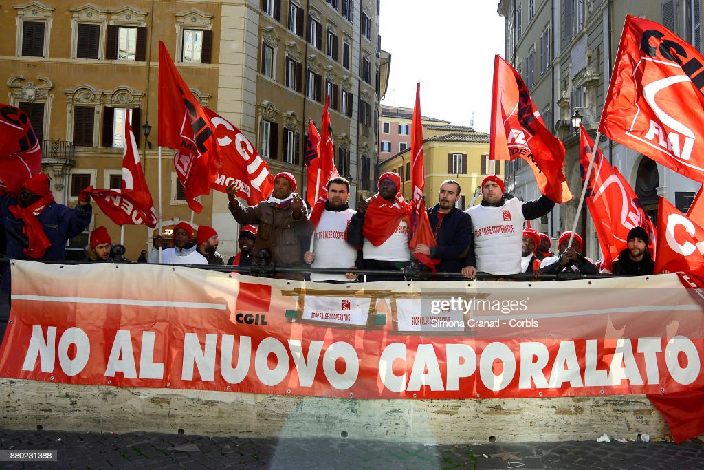 Migrant Workers of Castelfrigo Go On Strike Over Dismissals : Fotografía de noticias