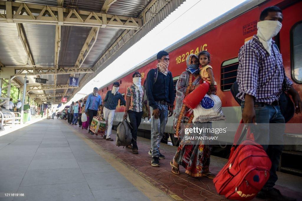 TOPSHOT-INDIA-HEALTH-VIRUS-MIGRANT : News Photo